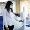 Stovas su automatiniu dozatoriumi rankų dezinfekcijai